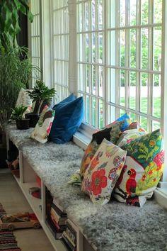 Fönsterbänk med kuddar