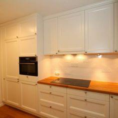Na dobry początek prezentujemy jedną z naszych kompleksowych realizacji w mieszkaniu na warszawskiej Pradze. Styl klasyczny został zestawiony z prostymi formami. Dąb w połączeniu z bielą pozwolił uzyskać efekt ciepłych i przestronnych wnętrz.