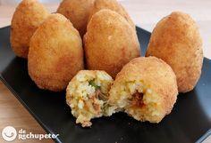 Cómo preparar las famosas bolas o croquetas de arroz rellenas sicilianas. Arancini, arancinu o arancia, una elaboración tradicional de la cocina italiana. Os explicamos como hacerlas paso a paso y fotos