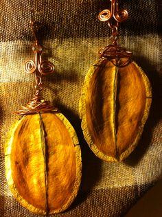 Aros de alambre de cobre con semillas de jacarandá engarzadas. USD 10.