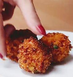 Sajtos csirkegolyók Hozzávalók: -2 csirkemell sütve -2 tojássárgája -30 g liszt -175 g mozzarella -2 újhagyma apróra vágva -1/2 tk paprika -1 tk rozmaring -1/2 tk só, 1/2 tk bors -1/2 tk foghagymapor -Zsemlemorzsa  Mindent összekeverünk, majd zsemlemorzsába forgatva olajban kisütjün 3 perc alatt