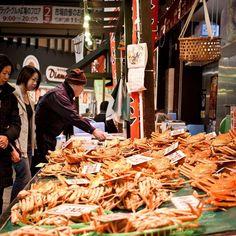 <來去日本逛5大「漁市」大啖肥美秋蟹正是時侯!>  秋天正是吃肥美螃蟹的季節,甘甜而鮮美的螃蟹令人垂涎欲滴。餐桌上出現的烤螃蟹、清蒸螃蟹、螃蟹火鍋…等菜餚,真的令人口水直流。日本因為四面環海,自古就有豐沛的海洋資源,而在這天然恩惠下,也出產品質極佳且種類繁多的螃蟹,在日本各地有很多螃蟹料理的餐廳可以大啖香甜可口的蟹肉。但是其實想吃到最便宜最鮮美的螃蟹的話,不妨親自跑一趟漁市場,你會看到意想不到的價格!