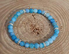 Náramek z drobných modrých achátových korálků  Tyrkysově modrý náramek vás rozzáří. Achátové korálky jsou proloženy šesti lesklými stříbrnými mezidílky. Velikost korálků 6 mm přidává náramku na jemnosti.  Délka náramku cca 18 cm, navlečeno na elastickém provázku. Turquoise Necklace, Bracelets, Jewelry, Jewlery, Jewerly, Schmuck, Jewels, Jewelery, Bracelet