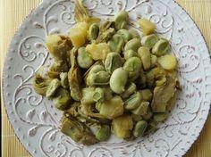 Questo contorno di fave carciofi e patate si prepara in primavera perché solo in questa stagione si trovano fave fresche e i carciofi ancora