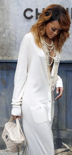 Rihanna at Chanel Haute Couture Fall 2013 Mode Rihanna, Rihanna Style, White Fashion, Look Fashion, Womens Fashion, Fashion Trends, Style Work, Mode Style, Coco Chanel