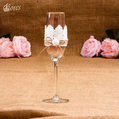 Spojenie luxusnej čipky a romantickej ružičky, je niečo čo rozhodne dodá Vášmu svadobnému stolu šmrnc.