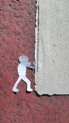 Dit is voor de challenge: funny street art. Het is een mannetje die de zebrapad wegduwt alleen je kunt het zebrapad niet zo goed zien omdat er nogal veel wind was.