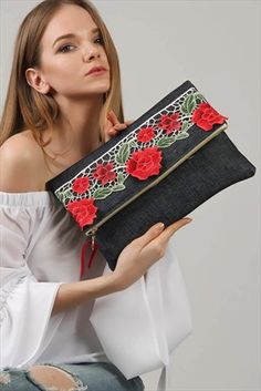 This is sooo cute! – The latest in Bohemian Fashion! These literally go viral! Diy Clutch, Clutch Bag, Sacs Tote Bags, Diy Sac, Spring Bags, Embroidery Bags, Blue Handbags, Denim Bag, Fabric Bags