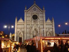Weihnachtsmarkt, a German word that means Christmas market, has come to Santa Croce Square (Florence) from the city of Heidelberg for years.