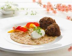 Kichererbsenpalatschinken mit Falafel, Spitzpaprika und Joghurt Rezept