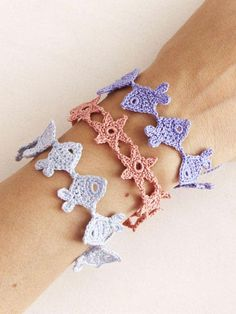 """DIY Crochet Fish and Starfish Bracelets *Free Pattern*I used Chrome to translate. Note the Pantone Colors of the Year 2016 - rose quartz and serenity (blue). For more Crochet DIYs I like, go here. """"mirigurumi: """" """"Crochet Armband - Free Pattern in. Crochet Fish, Bead Crochet, Diy Crochet, Crochet Flowers, Crochet Bracelet Pattern, Crochet Beaded Bracelets, Crochet Earrings, Knitting Patterns, Crochet Patterns"""
