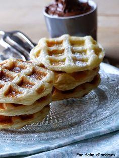 Nutella Waffles using Puff Pastry :D Par faim d'arômes: Gaufres feuilletées au Nutella® {Mardi Gras} Christmas Treats, Wine Recipes, Sweet Recipes, Love Food, Waffles, Sweet Tooth, Mardi Gras, I Foods, Muffins