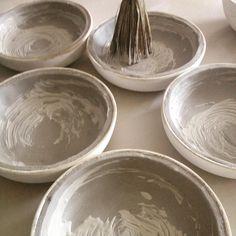 A mi lo que me gusta es pintar círculos #enso #nopensar #porquemeencantamitrabajo #workinprogress #food #plat #feliztarde de ❤️❤️❤️ Pottery Patterns, Pattern Ideas, Serving Bowls, Plates, Tableware, Instagram Posts, Food, Licence Plates, Dishes
