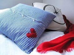 Diamo una seconda vita ai vestiti! Ecco come riciclare le camicie per realizzare una federa per il cuscino con l'arte del fai da te!