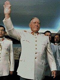El General Pinochet Saludando World History, Chile, Portraits, Facebook, Augusto Pinochet, Pinocchio, Latin America, Journaling, Military