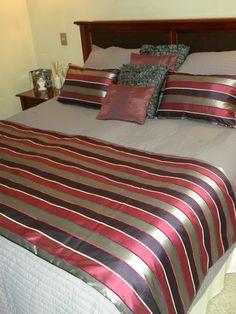 PIECERA REVERSIBLE EN TONOS LILAS / MORADOS Couch Pillow Covers, Couch Pillows, Bed Covers, Bed Cover Design, Bed Scarf, Quilt Bedding, Comforter, Hotel Bed, Bed Runner