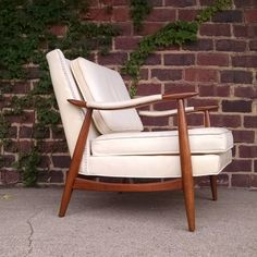 Vintage arm chair by pullmam company appears to be real leather and the shape of the curved arms and small wings on the back make this chair really stand out if anyone has one I would love to have a pair #pullman #pullmancompany #pullmanfurniture #vintagechair #clubchair #chairporn #whiteleather #midcenturychairs #midcentry #midcenturymodern #downtowncanton #cantonohio #ohio  #clevelandohio #forsale #findmeanother