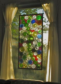 This DIY wine bottle craft looks like a beautiful stained glass window! Stained Glass Projects, Stained Glass Art, Mosaic Glass, Mosaic Art, Fused Glass, Mosaic Mirrors, Wine Bottle Art, Glass Bottle Crafts, Wine Bottle Fence