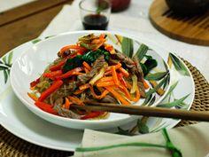Jap chae - Coréia Inove o seu jantar com este delicioso prato coreano que leva macarrão e legumes