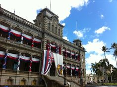 ʻIolani Palace is the only official state residence of royalty in the United States. In this sacred place you'll learn the rich history of Hawaiian monarchy and better understand the uniqueness of Hawaiian culture. Hawaii Tours, Hawaii Destinations, Hawaii Usa, Hawaii Travel, Hawaiian Monarchy, Hawaii Pictures, Royal Palace, Pearl Harbor, Hawaiian Islands