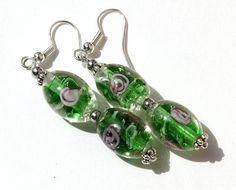 """Boucles d'oreilles argentées avec gouttes de verre lampwork vertes et roses """"Roses d'eau"""""""
