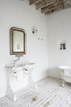 Sink like this to tie in with roll top bath Country Interior Design, Interior Ideas, Open House Plans, Roll Top Bath, Vintage Bathrooms, Chic Bathrooms, Bathroom Styling, White Bathroom, Bathroom Inspiration