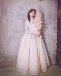 """#인형이따로없네 #신비로운 #소녀 #꽃당의 #화보촬영 #한복촬영 #한복화보 신비로운 소녀 봄 신상으로 준비한 꽃당의와 치마가 완성되어 이번화보촬영때 함께 했어요~~~^^ .…"""" Korean Traditional Dress, Traditional Fashion, Traditional Dresses, Korean Dress, Korean Outfits, Korea Fashion, Asian Fashion, Hanbok Wedding, Modern Hanbok"""