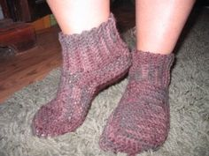 By Kathleen Watkins (c) K. Watkins, 2005 Using an I hook and 3 ply yarn CUFF Row Ch Sc in ch from hook and in next 11 ch. Crochet Crafts, Crochet Projects, Free Crochet, Knit Crochet, Yarn Projects, Booties Crochet, Crochet Slippers, Loom Knitting, Baby Knitting