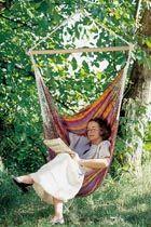 RÖD CAROLINA HÄNGSTOL  Carolina hängstol är vävd i ett annorlunda mönster i läckra färgkombinationer. Den har de traditionellaflätade varptrådarna som är typiskt för Colombianska hängstolar. Tillverkad i 100% bomull i Colombia.  Carolina finns även som hängmatta.