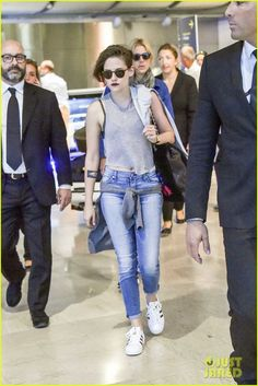 kristen stewart touches down in venice 01 Kristen Stewart bares a sliver of tummy while making her way through the airport on Friday afternoon (September 4) in Venice, Italy.    The 25-year-old actress touched…