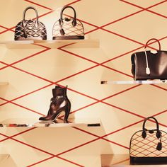 The Malletage pattern of the Alma bag is inspired by the crisscross lining of Louis Vuitton trunks. © Louis Vuitton / Pelayo Diaz