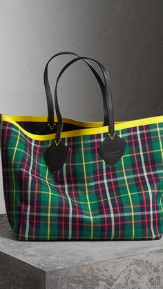 The Giant Reversible Tote in Tartan Cotton in Forest Green/deep Navy | Burberry United States