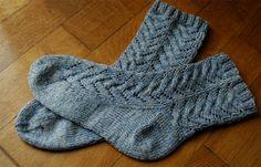 Material:100 g Sockenwolle und passendes Nadelspiel Abkürzungen: U: 1 Umschlag 2 M re zus: 2 Maschen rechts zusammenstricken 1 Ü: 1 Überzug = 1 M abheben, 1 M rechts stricken, abgehobene Masche ü…