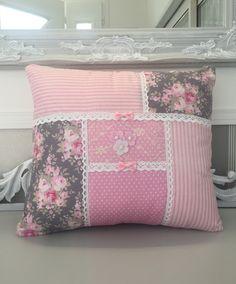Housse Coussin 36x31 Patchwork rose fleurs rayures pois dentelle perles noeuds Shabby Chic : Textiles et tapis par monautrefois