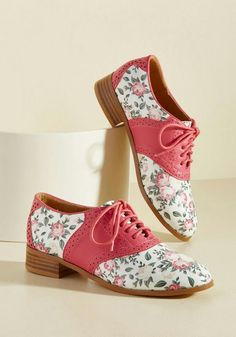 Spring shoes for vintage gals! Round up of adorable, feminine retro shoes like these floral pink oxfords. shoes spring shoes for vintage gals Pin Up Shoes, Cute Shoes, Zapatos Shoes, Shoes Heels, Pumps, High Heels, Boot Over The Knee, Oxford Shoes Outfit, Oxford Flats
