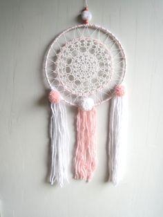 """attrape rêves  dreamcatcher """" pink""""  ,blanc, écru,rose shabby chic de la boutique junglecheyen sur Etsy"""