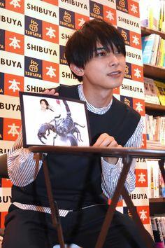 お気に入りだという11月のページをアピールする吉沢亮。 [画像ギャラリー 10/13] - 映画ナタリー