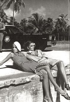 Retro Vintage Black and white vintage photo of two women vacationing - Let's not forget how glamorous airplanes can be… Moda Vintage, Vintage Vogue, Vintage Black, Fashion Vintage, Retro Vintage, Black And White Picture Wall, Black And White Pictures, Photo Black, Mode Collage