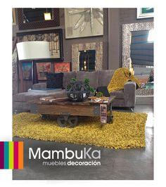 Una sala rústica con tonos industriales: El espíritu industrial en la mesas con ruedas y los accesorios de hierro.