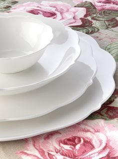 Maxwell & Williams 'White Rose' dinnerware Dinner Box, Dinner Sets, Kitchenware, Tableware, Vintage Cups, Romantic Homes, White Roses, Fine Dining, Dinnerware