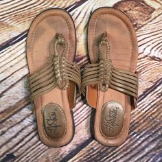 ❌FINAL PRICE ❌HPLIFE STRIDE WOVEN THONG SANDALS Tan thong sandals in gently used condition. Rubber soles and man made materials Life Stride Shoes Sandals