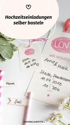 Wer seiner Hochzeit eine individuelle Note geben möchte, kann schon mit der Gestaltung der Einladungskarten anfangen. Wir zeigen Euch wie Ihr Hochzeitseinladungen selber basteln könnt und dank unserer Printables braucht Ihr auch nicht viel Geschick oder Zeit, sondern nur ein bisschen Kreativität. Place Cards, Place Card Holders, Note, Wedding Gifts For Guests, Wedding Preparation, Perfect Wedding