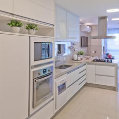 Cozinha branquinha e linda. Sensação de paz, limpeza e organização