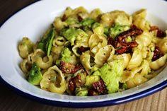 Gourmandises végétariennes: Pasta mit Avocado und sonnengetrockneten Tomaten