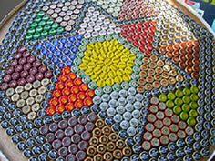 Mesa con chapas de colores