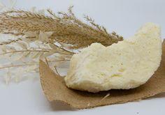 Morceau de beurre de karité utilisé dans la fabrication de nos shampoings solides Hibiscus, Camembert Cheese, Food, Palm Oil, Castor Oil, Soft Hair, Transitioning Hair, Vitamin E, Meals