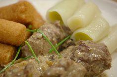 Varkenswangetjes in mosterdsaus, prei en kroketjes Stew, Mashed Potatoes, Pork, Meat, Ethnic Recipes, Pork Roulade, Beef, One Pot, Smash Potatoes