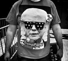 La candidatura de Trump a la Casa Blanca y la caldeada campaña que ha protagonizado desde el día 1 de su postulación a la presidencia de EEUU, ha generado polémica, ha despertado pasiones entre sus seguidores, y sobretodo, ha incentivado a la creación de campañas de moda inspiradas en él. Tal es el ejemplo de estos creativos simpatizantes que pusieron su mayor esfuerzo para llevar no sólo consignas, sino imágenes originales y divertidas a favor del magnate y en contra de la candidata…