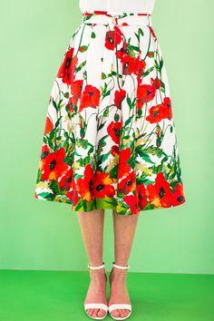 De zwierige look en de exotische papegaaienstof geven deze rok een heerlijk zomerse uitstraling. Het wijde model heeft een tailleband met ceintuur die sluit met D-ringen. En zowel voor als achter omgekeerde stolpplooien. TIP Maak je deze rok van een uni glanzende satijn dan heb je een absolute glamourrok.  Bestel je dit patroon, dan ontvang je ook het patroon KM1705-07 rok er gratis bij!    LET OP! Een pdf-patroon print je zelf thuis uit! Wil je het patroon liever per post ontvangen, kies…