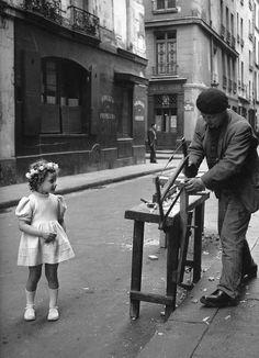 """ "" Paris 1947 Robert Doisneau – Le menuisier de la rue Saint Louis en l'Isle. "" Paris 1947 Robert Doisneau - The joiner of the street Saint-Louis in Isle. Urban Photography, Color Photography, Vintage Photography, Street Photography, Minimalist Photography, Robert Doisneau, Old Pictures, Old Photos, Vintage Photos"